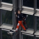 Le-Spiderman-francais-escalade-une-tour-a-la-Defense_article_landscape_pm_v8
